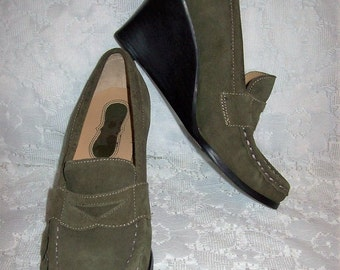 Vintage Ladies Green Suede Wedge Heels by Victoria Spenser Size 5 1/2 Only 7 USD
