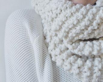 Chunky Cream Infinity Scarf / Oversize Thick Warm Wool Eternity Scarf Cowl / Chunky Knit Neckwarmer / Wool Yarn