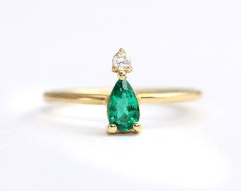 Dainty Emerald Ring,Pear Emerald Ring,Thin Emerald Ring,Conflict Free Emerald,Emerald Engagement Ring,Tiny Diamond,Green Engagement Ring