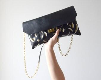 Grande pochette en cuir peint à la main avec une chaîne laiton antique en bandoulière | GOLDIE