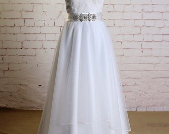 Soft Layered Tulle Skirt Wedding Dress with Spaghetti Straps Classic Lace Bodice Bridal Gown with Beading Sash