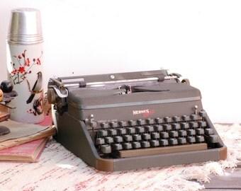 French vintage Machine à écrire Hermes 2000 vert militaire des années  60 de la marque Hermes