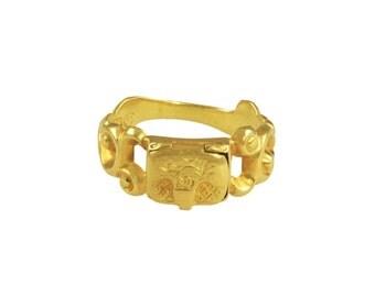 Antique poison ring. Gold locket ring circa 19th century.
