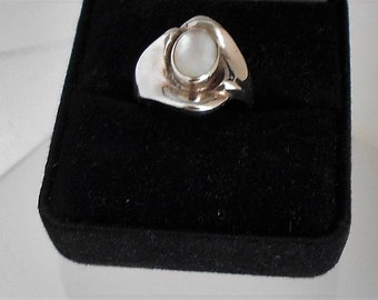 Modernist Sterling Silver Sculptural Ring with Mother of Pearl Stone 1970s