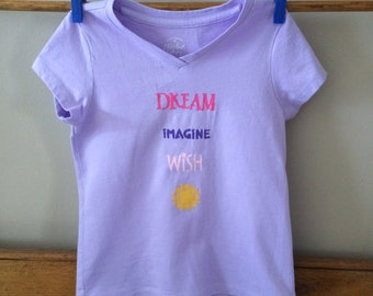 T-shirt Lavender V-neck with stenciled words, little girls xs (4/5)