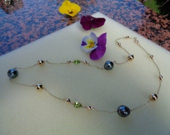 Necklace in gold with Tahitian pearls and Peridot, wonderfully combined in gold filled
