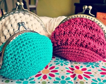 Woven purses with metal mouthpiece. Inner lining.