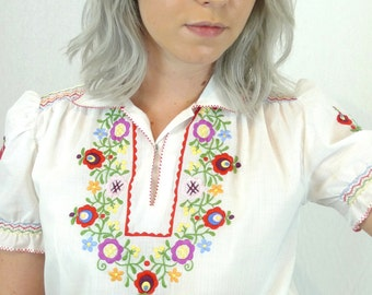 Cute Vintage Petite Size Embroidered Peasant Blouse
