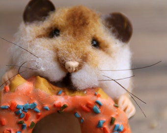 Needle felt realistic hamster with donut, felted mouse, felted hamster, felted toy, felt animal, eco-friendly, collectable miniatur