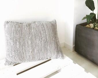 Round puf crochet gris coj n de suelo pouf por geometrikdesign - Cojin cuadrado suelo ...