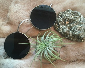 Round sunglasses with wire frames