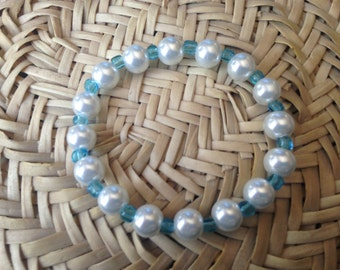 Stretch bracelet with white glass pearls and light blue seed beads