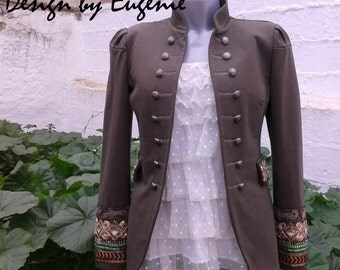 Military jacket with bordadod ethnic.