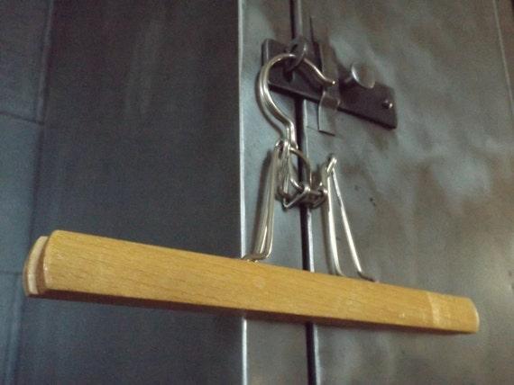 cintre en bois ancien cintre pince vintage pince. Black Bedroom Furniture Sets. Home Design Ideas