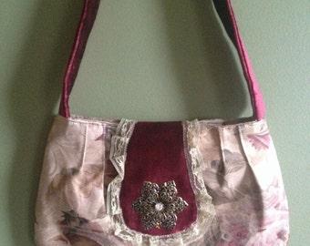 Vintage-inspired floral print handbag