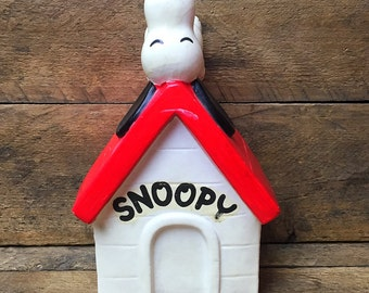 Vintage 1970 Snoopy on Dog House Coin Bank