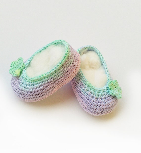 Worked from the toe up, this baby booties crochet pattern is simple and straightforward, but they're extremely versatile and easy to customize. The final size depend on the yarn and hook you use, so we have three different size guides below.