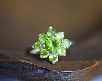 Gorgeous Lime Green Gemstone ClusterVintage Silver Ring, US Size 7.5, Used