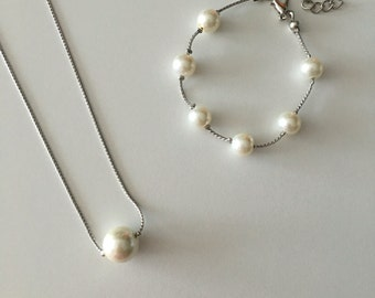 Simple, sophisticated pearl necklace and bracelet set