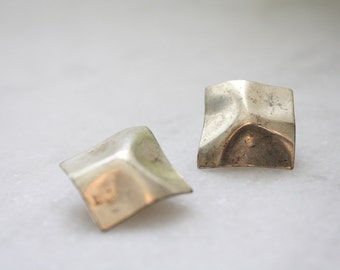 vintage. 1970s hammered metal square geometric clip on earrings. tarnished. patina. new wave. retro. simplistic. minimalist.