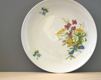 Spring Flowers. Vintage 1960s East German Kahla porcelain luncheon plate.