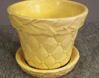 MINIATURE USA McCoy Flower Pot Quilted Leaves Pattern Great condition yellow 3 1/2  tall x 4 diam in diam
