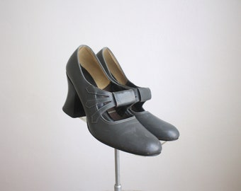 1960s dove gray cutout shoes / size 9
