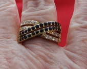 Vintage art deco style gold tone ring with black and clear rhinestones in great condition, size 8.5