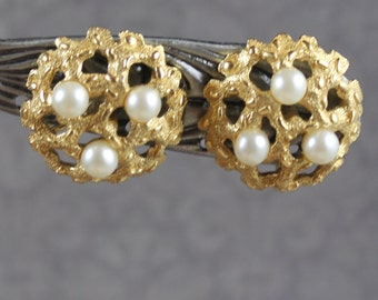 Vintage Crown Trifari Textured Round Golden Pearl Clip On Earrings