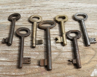 7 vintage keys - brass and iron skeleton keys (T-20a).