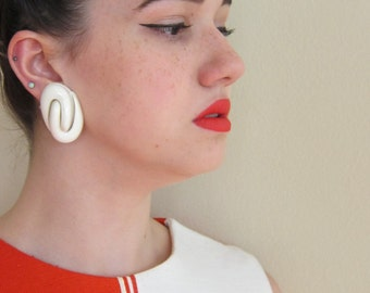 Vintage 1960s Mod Clip On Earrings in White Lucite Swirl / 60s Plastic Oversize Button Earrings