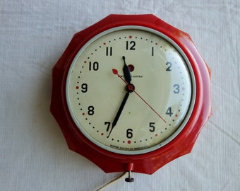 Mid Century GE Model 2H02 red kitchen wall clock scalloped edge detail
