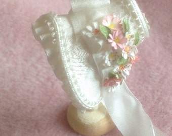 Handmade 1/12th scale dollhouse miniature beautiful Ivory silk bonnet