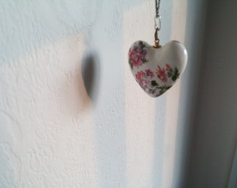 """Porcelain Heart Pastel Flowers 1-1/4"""" White Background Pink New Orleans Collectible"""