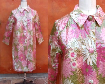 Vintage 1960s 1970s Flower Power Floral Mod Rain Coat Rain Jacket. Plastic Fabric Water proof pink green white. Raincoat Daisy Daisies
