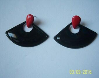 Vintage Red And Black Enamel Earrings -  MOD Pierced Earrings - Teardrop Earrings -  Chic Earrings - Pear Shape Earrings - Fan Earrings