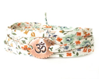 Yoga bracelet with om charm meadow flowers in warm tones with copper colour charm Yoga gift for good friend, meditation bracelet