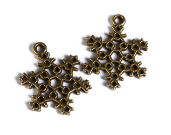 Snowflake charm pendants - antique brass - 22mm x 17mm - 6 pieces (1576) - Flat rate shipping