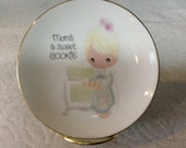 Vintage 1978 collectible Enesco Precious Moments 4 inch plate with stand Mom's a Sweet Cookie