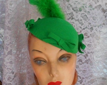 Smashing 1940's Kelly Green Felt Hat with Matching Feather/Bows/Hat Pin - New York Creations