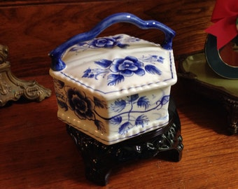 Chinese Blue and White Hecagon Flowers Box with Scalloped Handle
