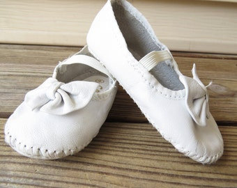 Vintage Baby Shoes White Leather Soft Mary Jane Moccasins Baby Shoes Soft leather cradle jumper shoes size 4