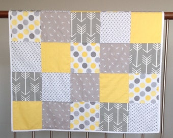 Cot quilt - grey, white yellow with spots, arrows and mini giraffes