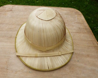 Tropical and exotic explorer of two straw hats and wicker has the inside vintage 1970. State very good condition use