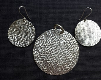 Round Crepe Texture Pendant & Earring Silver Set