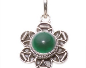 Fine Vintage  Silver Pendant.   Silver Pendant with a Green Agate gem and a Silver Chain.