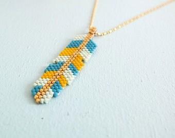 Collier plume Kiowa, tissée en perles de verre japonaises Miyuki, apprêts et chaîne en laiton doré or fin 24K