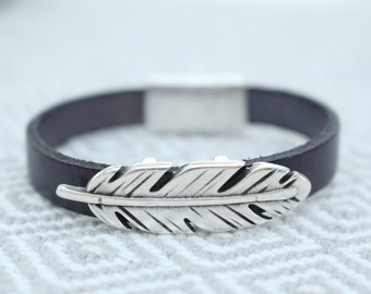Feather leather bracelet with beautiful lock