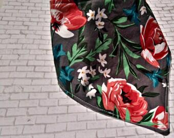 Bavoir bandana Roses gris  / Bandana bib Roses Grey