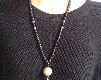 Necklace black pen and pompon fuschia
